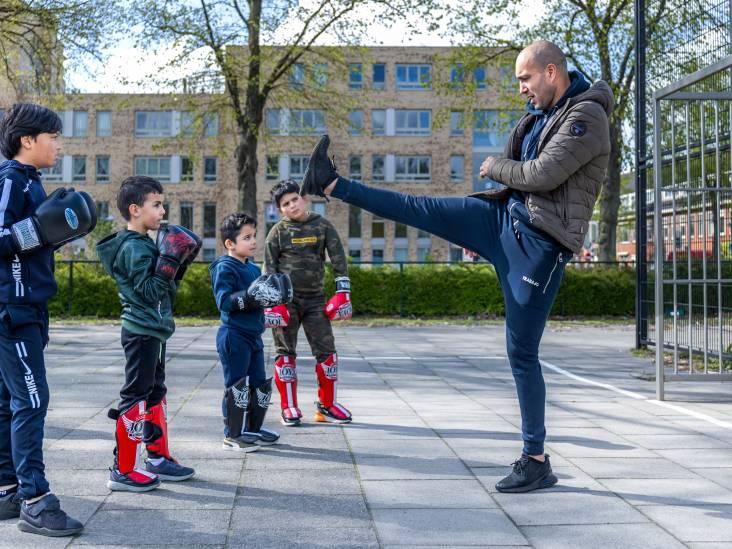 Khalid laat jongeren kickboksen in zijn nieuwe gym: 'Gaan ze op straat vechten? Dan grijp ik in'