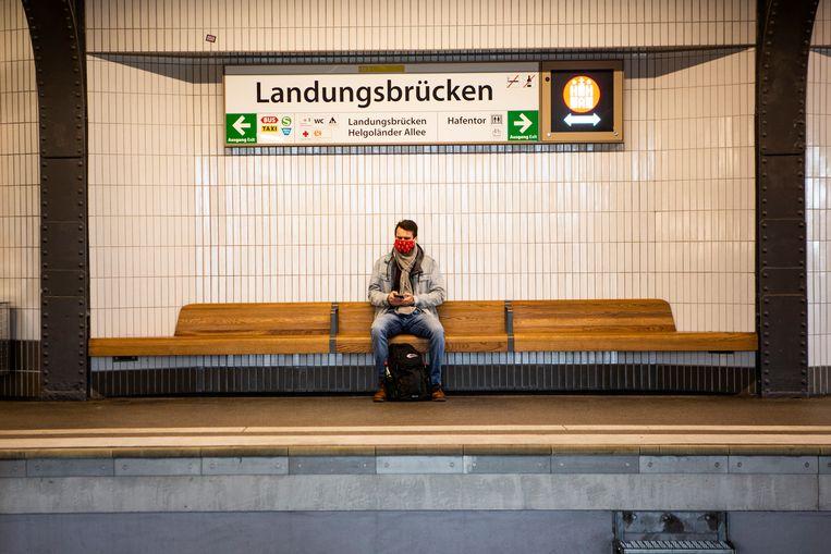 Een reiziger in Hamburg. De lockdown in Duitsland gaat woensdag in.  Beeld julius schrank