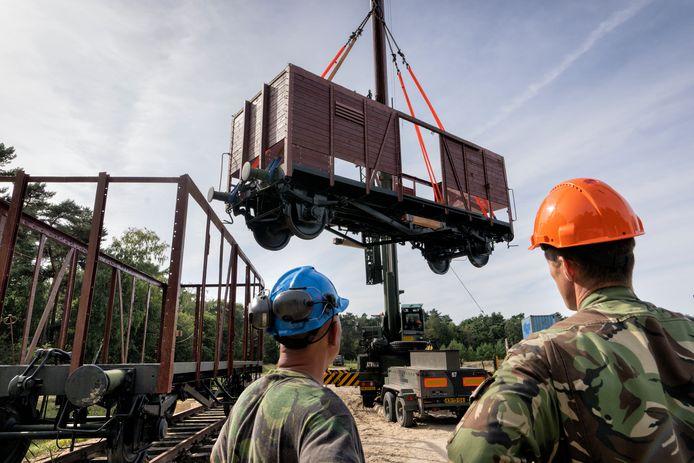 De tweede wagon wordt op het terrein van de Brederodekazerne in Vught door de genie van de dieplader getakeld voor restauratie. Die wordt uitgevoerd door aannemer Hurks. In mei moeten ze bij Nationaal Monument Kamp Vught staan.