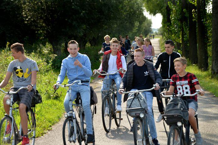 Op de fiets naar de uitwedstrijd.