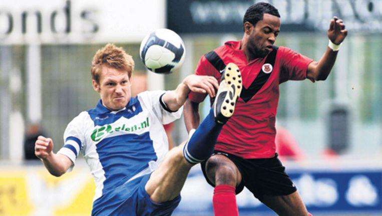 Amsterdamse hoofdklasser wint ook tweede competitiewedstrijd afgetekend van Elinkwijk (4-1). Sergio Parris (R) is een goede aanvulling vanaf de bank voor AFC, buiten het feit dat hij tegen Elinkwijk kort voor tijd een tweede gele kaart kreeg. Foto Marcel Israel Beeld