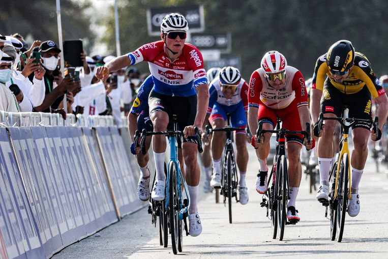Mathieu van der Poel (l) van Team Alpecin–Fenix wint de eerste etappe in de UAE Tour.  Beeld AFP