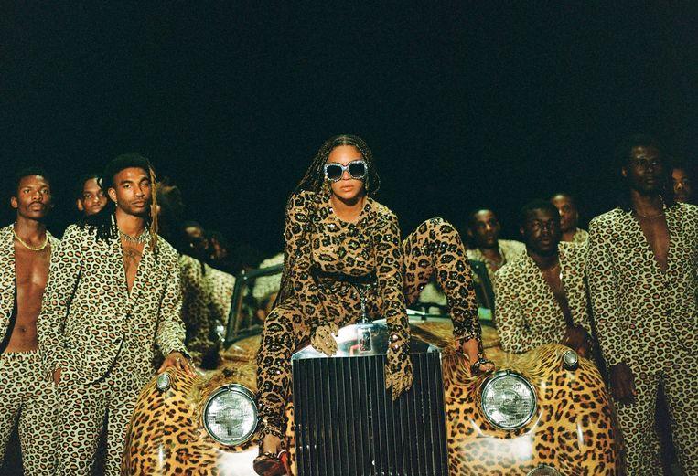 In de trailer van 'Black Is King' worden weidse savannes getoond, sommige personages dragen kostuums uit luipaardhuid. Beeld AP