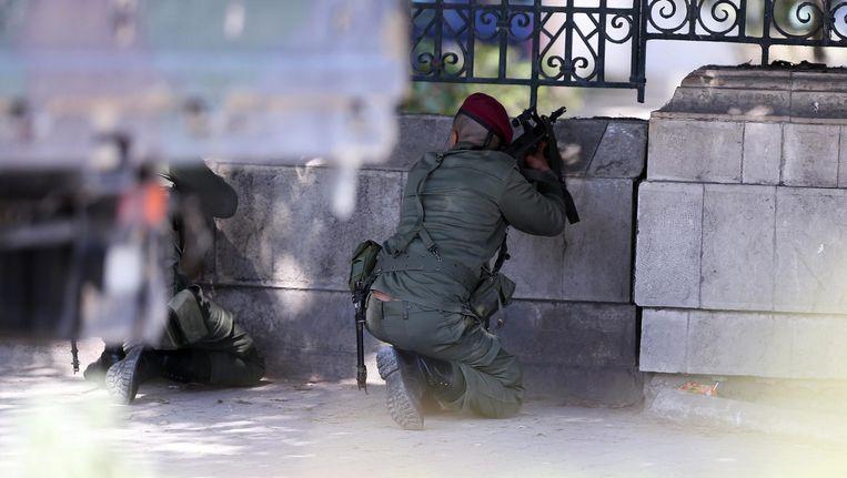 Tunesische veiligheidsagenten omsingelen het Bardomuseum in Tunis. Beeld anp