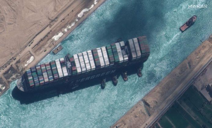 Satellietfoto van het toen nog vastgelopen mega-containerschip Ever Given.