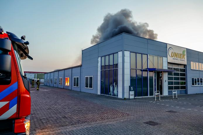 De brand begon aan de achterkant van het gebouw.
