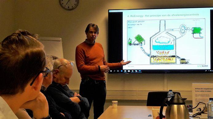 Casper Stuart van SUEZ ReEnergy legt aan zijn gehoor uit hoe de installatie werkt.