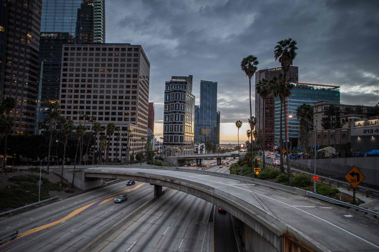 Een nagenoeg verlaten snelweg in Los Angeles. Beeld AFP