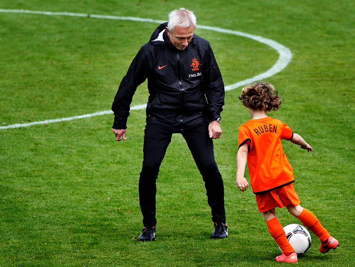 Ruben van Bommel in 2012 met zijn opa Bert van Marwijk, tijdens het trainingskamp van het Nederlands elftal in Lausanne (Zwitserland).