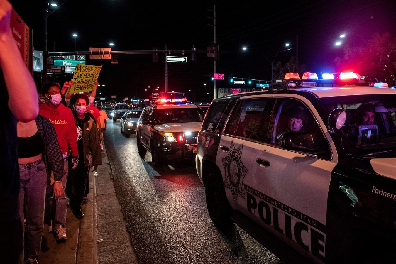 Mensen protesteren in Las Vegas en de politie kijkt toe.