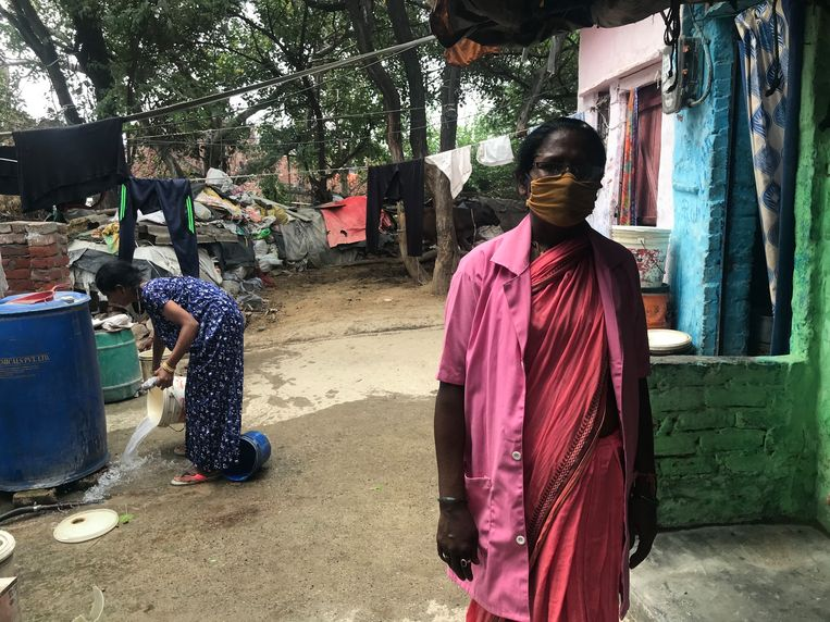 Buurtwerker Bhagwan Devi in de sloppenwijk VP Singh JJ Camp in Delhi. Beeld Aletta André