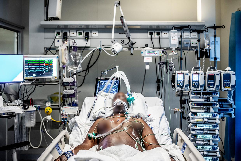 Patiënten die 'in slaap' worden gebracht, blijven al snel twee weken in die toestand voor ze aan de beterende hand raken. Of ze halen het niet. Beeld Franky Verdickt