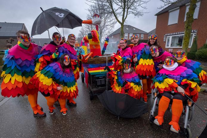 Ook kleurrijk: de optocht in Ottersum bij carnavalsvereniging De Maskotters.