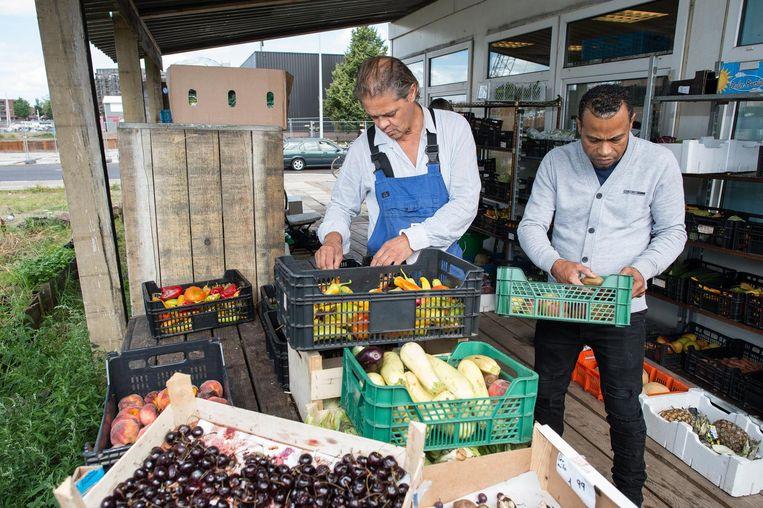 Bij de marktkraam van Blije Buren aan de Cruquiusweg in Oost is alle groente en fruit gratis af te halen. Beeld Mats van Soolingen