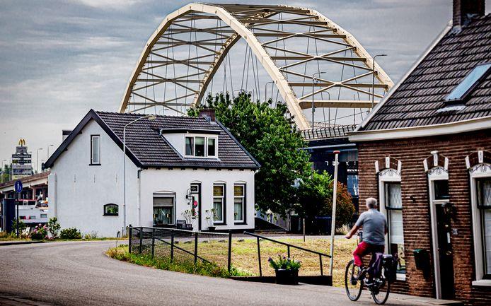 De Papendrechtse Brug, gezien vanaf de Visschersbuurt in Papendrecht.