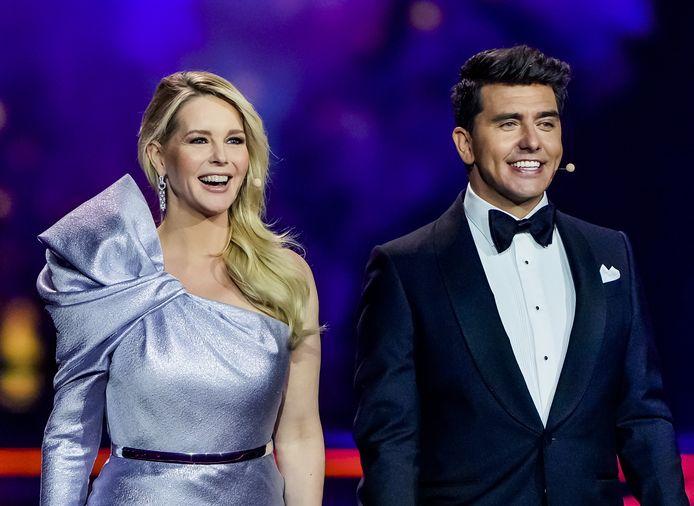 Presentatoren Chantal Janzen en Jan Smit tijdens de finale van het Eurovisie Songfestival 2021.