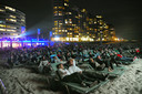 Film by the Sea 2019: vanuit ligstoelen bekijkt het publiek de film Jaws op het Vlissingse badstrand