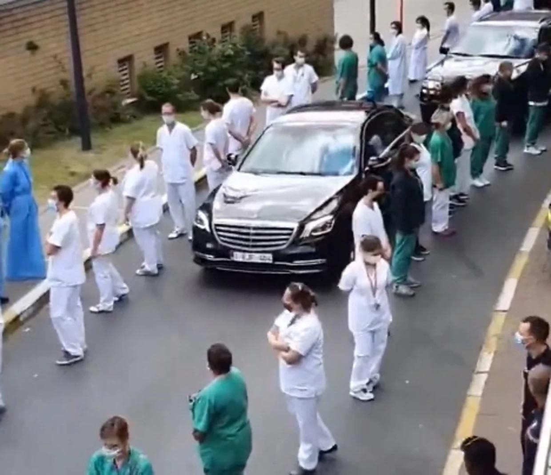 Ziekenhuispersoneel keert premier Wilmès de rug toe. Beeld vtm