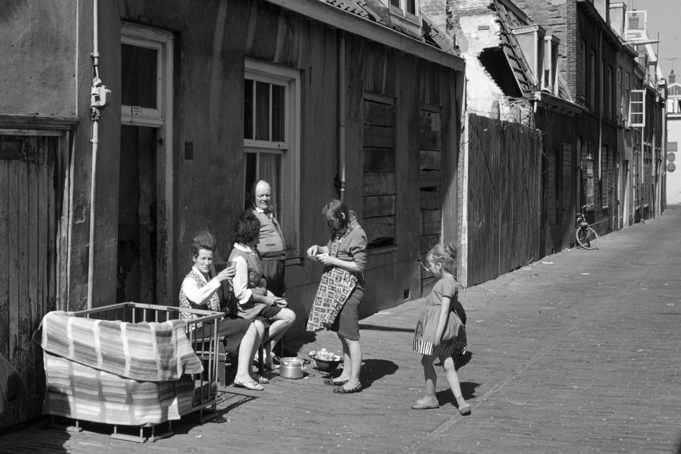 Aardappels schillen in de Eligenstraat in 1963.
