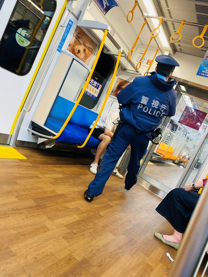 De politie inspecteert de trein na het steekincident in de trein vol pendelaars.
