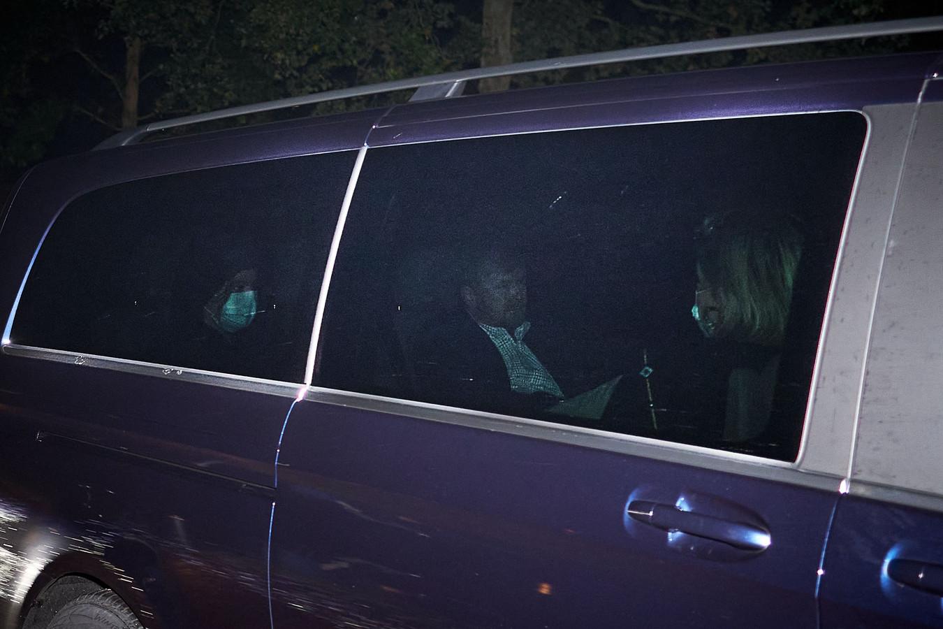 Een foto met flitslicht bij Paleis ten Bosch, Den Haag. De koning en koningin zijn terug van hun omstreden vakantie.