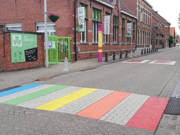 Overal in de zone Neteland verschenen regenboogzebrapaden, ook in Bouwel zoals hier op de foto te zien is