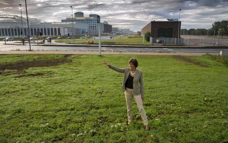 Wethouder Marian van der Weele (D66) wijst waar welke woningen komen voor de enorme uitbreiding van Ouder-Amstel.  Beeld Werry Crone