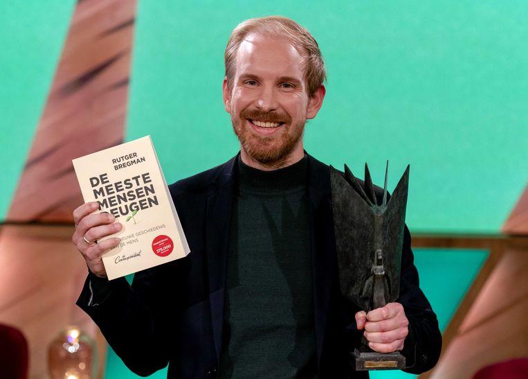 Rutger Bregman heeft met De meeste mensen deugen de NS Publieksprijs binnengehaald. De uitgave is daarmee het Boek van het Jaar 2020.  Beeld ANP