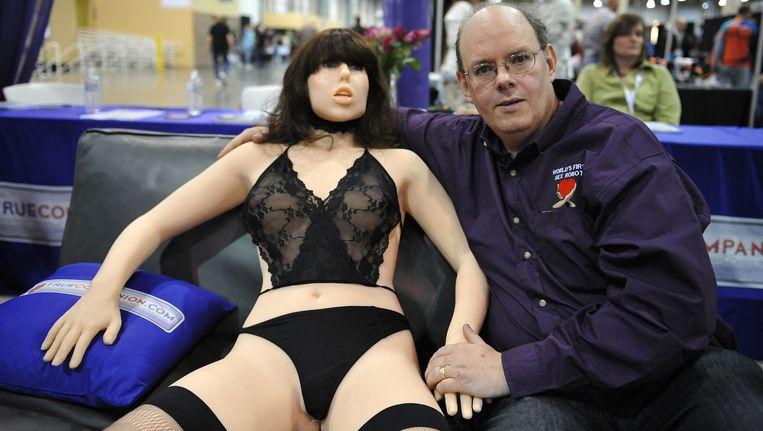 Uitvinder Douglas Hines poseert naast zijn creatie, sexrobot Roxxxy Beeld afp