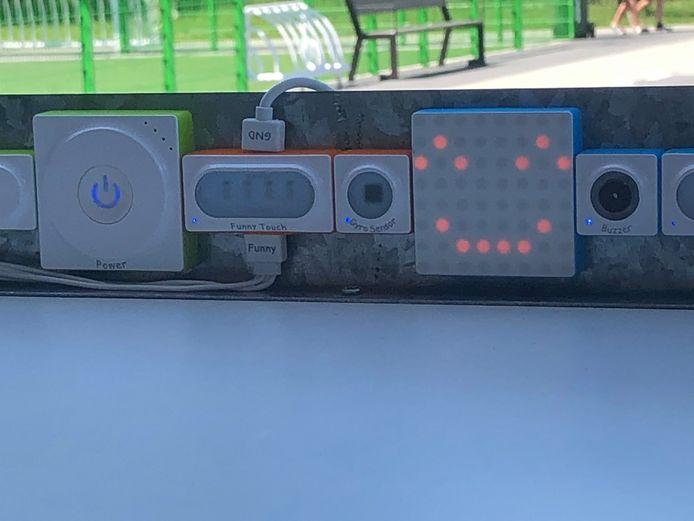 Leerlingen krijgen feedback via een display of via geluidjes.