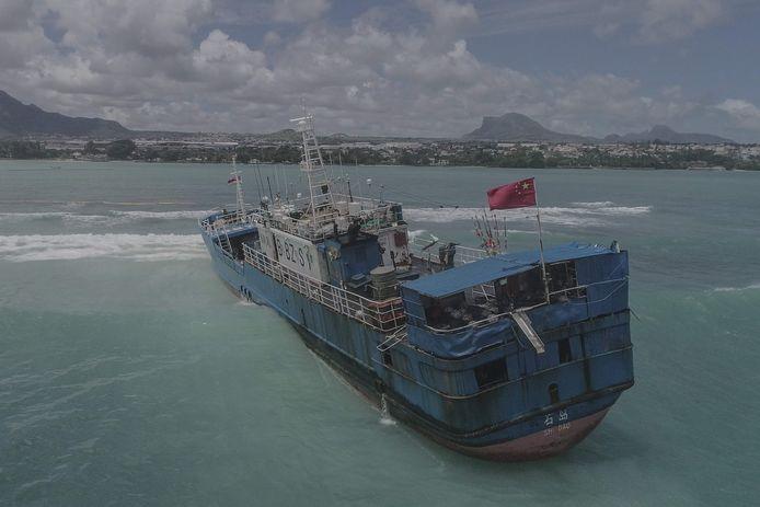De Chinese trawler vastgelopen vlakbij Port Louis, Mauritius. Beeld van gisteren.