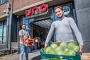Fahid (rechts) en Sehzad voor restaurant UNO aan de Stationsweg. ,,Je wilt toch wat doen voor de mensen.''