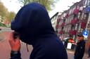 Ilias verborg zijn gezicht toen hij werd gefilmd.