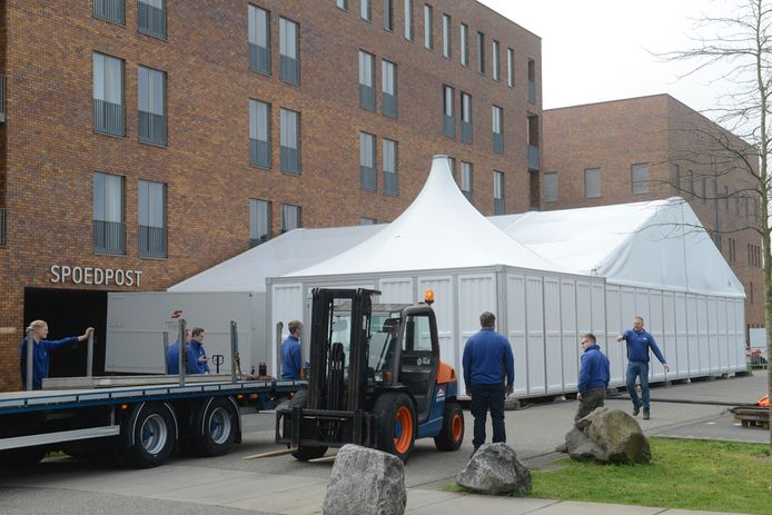 De triagetent bij ziekenhuis Bernhoven in Uden.