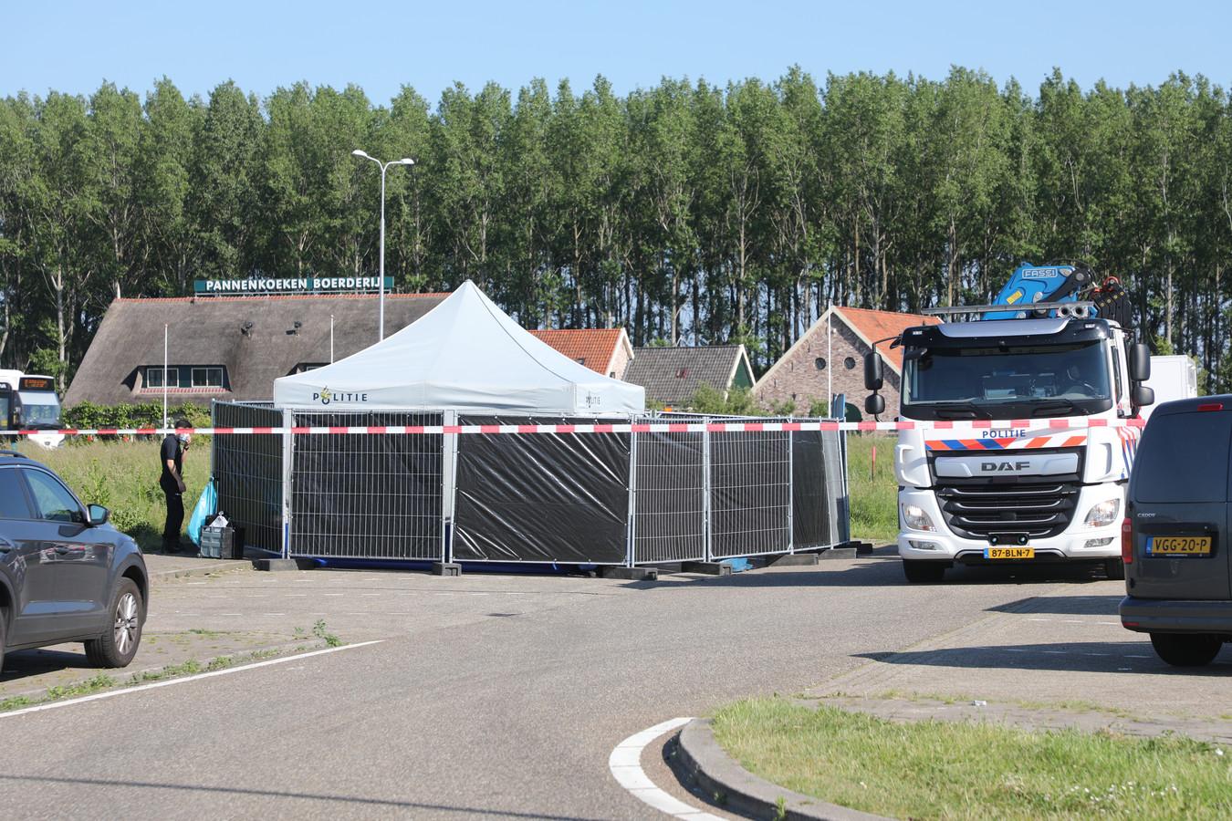 De plek is afgezet met zwarte schermen en over de auto is een politie-tent geplaatst.