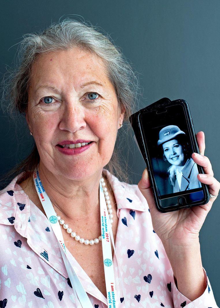 Holly Hilton (68) Amerikaans. Ze werkte van 1970 tot 1991 voor PanAm. 'Dineren met de jetset in Londen, skiën in Oostenrijk. Werken voor PanAm was de mooiste baan die een vrouw toen kon hebben. Ik heb daardoor de schroom van mij af kunnen gooien en ben de zelfverzekerde persoon geworden die ik nu ben.' Beeld Klaas Jan van der Weij / de Volkskrant