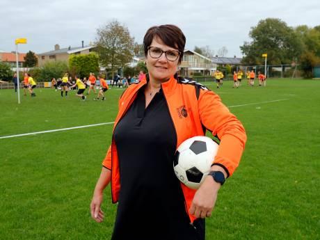 Korfbalclub Oranje Zwart/De Hoekse kan niet zonder rommelmarkt: 'Jong, oud en boeren helpen mee'