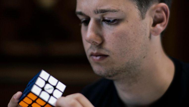 Mats Valk is één van werelds beste Rubik's Cube spelers. Beeld Marc Driessen
