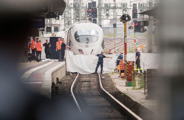 Hulpdiensten bij de ICE-trein waarmee de aanrijding plaatsvond. Beeld Andreas Arnold/dpa