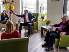 Koning verrast personeel zorginstelling in Lelystad: 'Vooral de eerste coronagolf was erg zwaar'