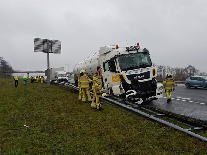 Flinke schade aan de tankwagen met melk.