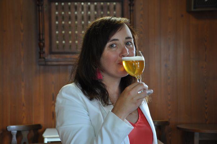 Biersommelier Sofie Vanrafelghem laat haar licht schijnen over tien bieren op het festival.