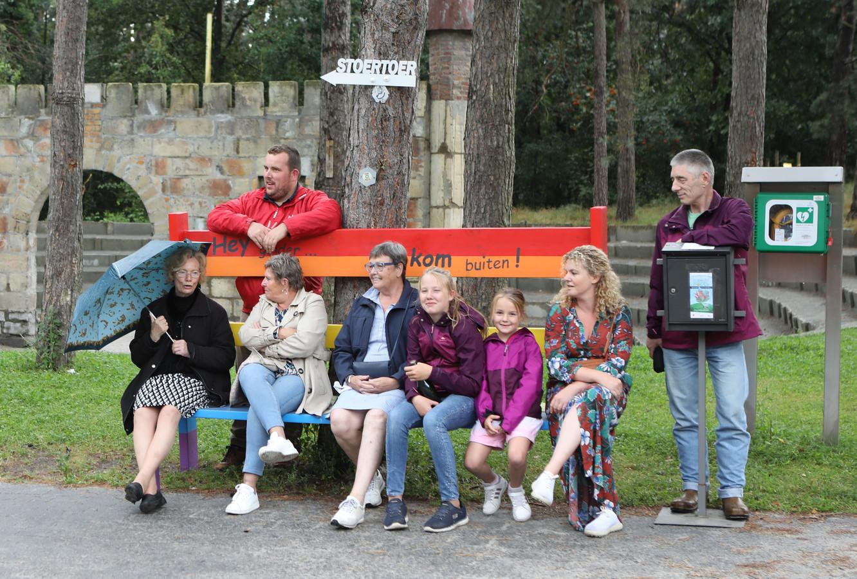 De regenboogbank zal de komende twee maanden een kleurrijke ontmoetingsplaats zijn voor alle inwoners van Ginderbuiten.