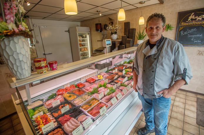 Poelier Rene van Gerven uit Diessen voor de etalage met verse producten van Poelier Kapteijns.