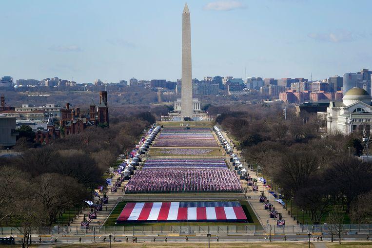 In het gesloten park waar normaal duizenden toeschouwers voor het Capitool staan, worden bijna 200.000 vlaggen gehesen en 56 lichten ontstoken om de mensen, staten en districten te symboliseren die ditmaal niet op de inauguratiedag aanwezig mogen zijn. Beeld EPA