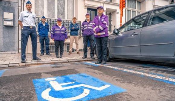 De meer dan 50 in beslag genomen parkeerkaarten zijn het gevolg van een nieuwe samenwerking tussen politie, gemeentelijke vaststellers en gemeenschapswachten.