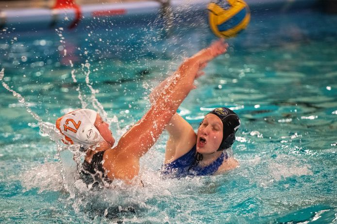 Marit ter Smitten (L) van Aquapoldro in een fel duel met Laura Best van Nunspeet. © Maarten Sprangh