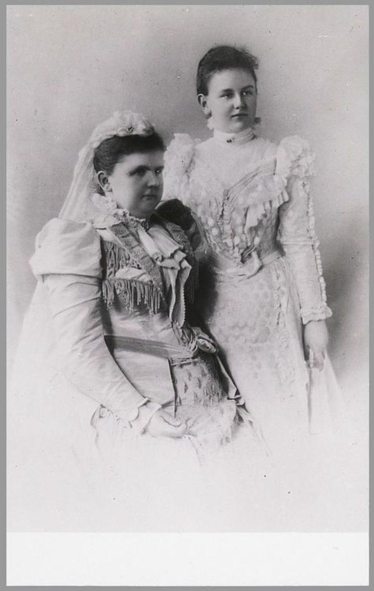 Koningin-regentes Emma en koningin Wilhelmina in 1895. Beeld -