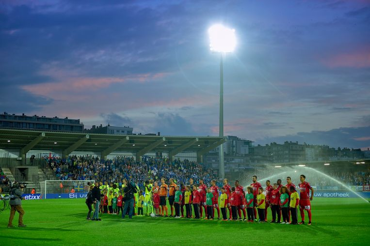 OOSTENDE, BELGIUM - SEPTEMBER 18 : Illustration picture showing the players of KAA Gent and KV Oostende before the Jupiler Pro League match between KV Oostende and KAA Gent at the Versluys Arena on September 18, 2016 in Oostende, Belgium , 18/09/2016 ( Photo by Nico Vereecken / Photonews Beeld Photo News