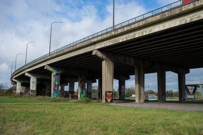 Het viaduct van Merksem.  Aan de oostelijke zijde bouwt Lantis de komende jaren een bypass van tweemaal drie rijstroken.